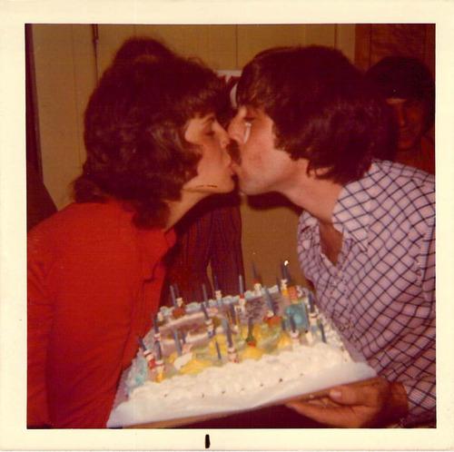 Alan and Celia Honig kissing